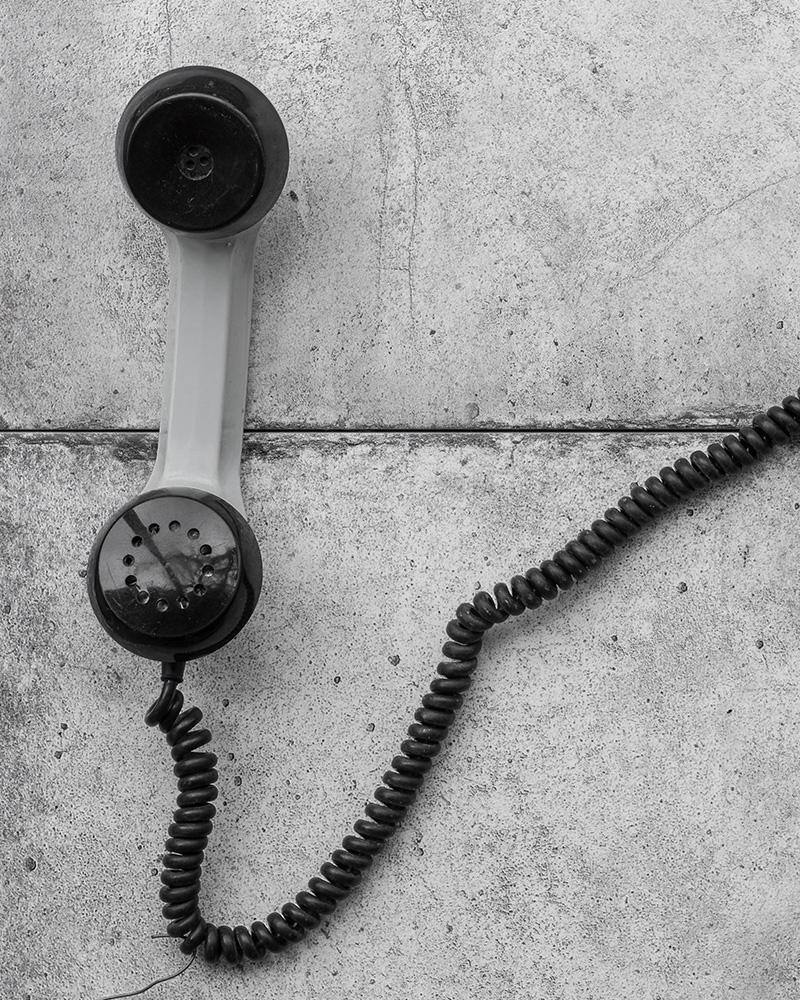 Telefonlur på betonggolv